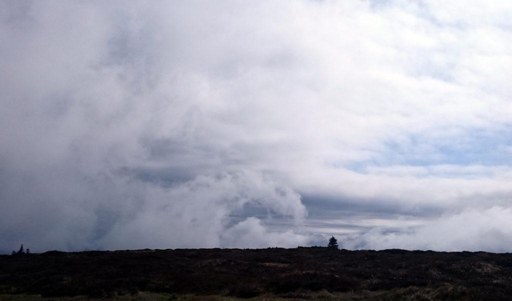 na szczycie widać było chmury